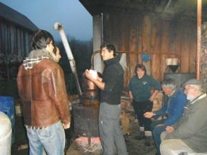 On prepare la rakja, eau de vie locale
